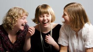 Ilo(iset) tytöt soittavat female folkia
