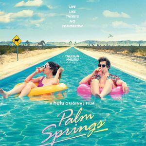 Planschen till filmen Palm Springs. Två personer ligger i en pool.