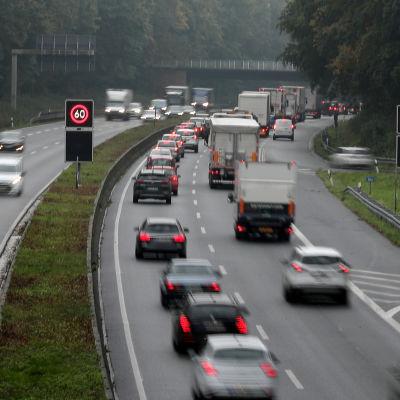 Bilar på  A40-motorvägen i Bochum, Tyskland.