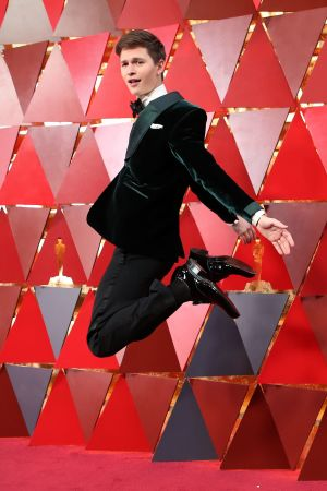 Ansel Elgort på röda mattan inför Oscarsgalan 2018.