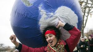 Kvinna demonstrerar i samband med klimatmötet i Paris 12.12.2015
