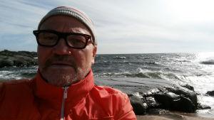Koreografi ja tanssija Jens Walentinsson Kökarin saarella.