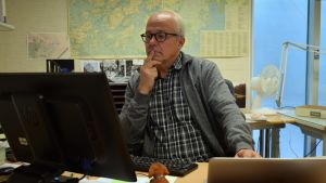 Petri Huovila vid datorn på sitt kontor.