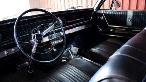 Svart läderinteriör på en klassisk chevrolet impala från 1965
