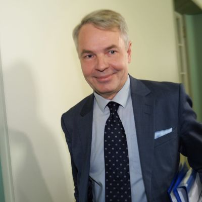 Pekka hHaavisto eduskunnassa menossa perustulakivaliokunnan kuultavaksi.