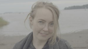 Liisa mendelin på sandstrand