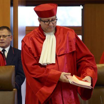 Ordföranden för konstitutionsdomstolen i Karlsruhe, Andreas Vosskuhle (i mitten) med sina domare inför domslutet om NDP, 17.1.2017.