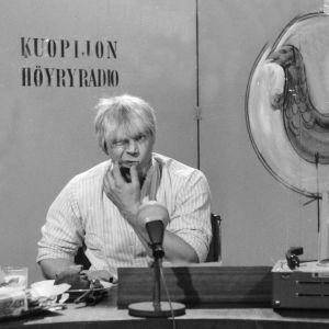 """Spede Pasanen pelleilee Iskelmäkarusellissa """"Kuopijon höyryradion"""" juontajana."""
