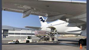 Finnairflyg töms på lasten med skyddsmasker mot coronapandemin.