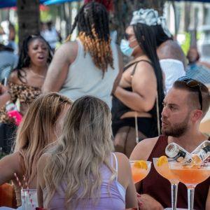 Ihmisiä Miami Beachillä illanvietossa.