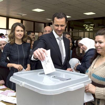 Bashar al-Assad röstar i val i Syrien.