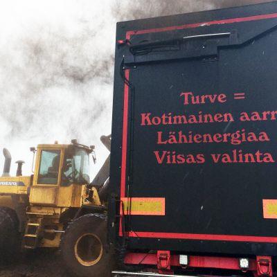 Yrittäjä Heikki Juntunen lastaa turvetta rekkaansa Rantsilassa.
