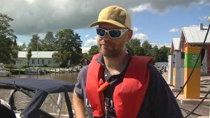 Jarno Gauffin tankar sin båt i Ingå småbåtshamn.