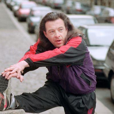 Suomalainen iskelmätähti Kirka Babitzin aamulenkillä Helsingin keskustassa Snellmanninkadulla 25. toukokuuta 1993.