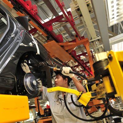 Kiinalainen työntekijä Donfeng Peugeot Citroen Automobile Companyn tehtaalla Wuhanissa.