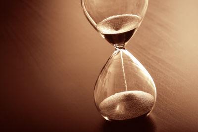 Ett timglas med rinnande sand.