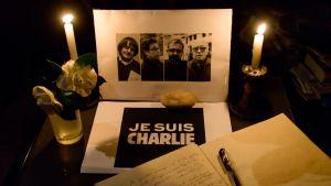 sorgaddress för Charlie Hebdo-offren med fotografier och ljus