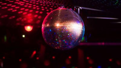 en discoboll i mörkt färgglatt ljus