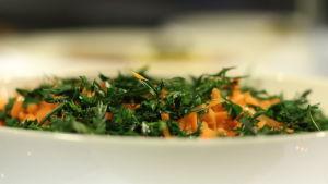 Riven morot med sallat i en skål