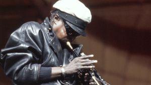 Trumpetisti Miles Davis soittaa Pori Jazzissa.