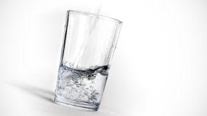 Vettä lasiin