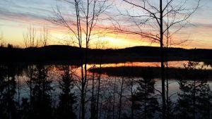 Kaunis auringonnousu järvenselän takana.