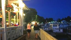 Hanna ja ystävä kävelevät öisessä Naantalissa.