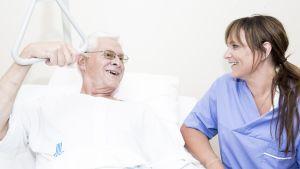 Äldre man och sjukskötare.