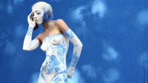 Kvinna kroppsmålad i blått