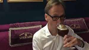 Kaj Arnö dricker en öl