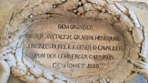 Skylt med tysk text på gammalt hus
