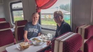 Två män i rysk tågrestaurang