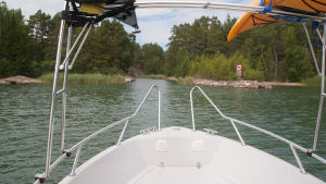 Båt på väg in i kanal
