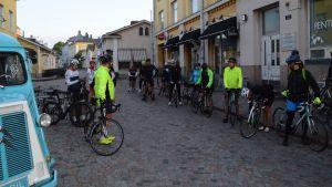 Cyklister redo för start.
