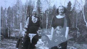 Gammalt fotografi med kvinnor och barn