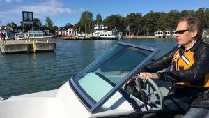 Man i båt utanför gästhamn