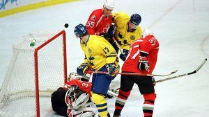 Sverige anfaller mot Kanada i ishockey-VM.