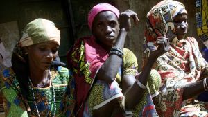 Fulanikvinnor som säljer mjölk på ett torg i Mali