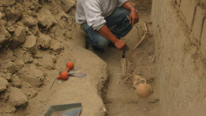 En arkeolog putsar kvarlevorna av en chimúindian som hittades begravd i Peru 14.7.2009.