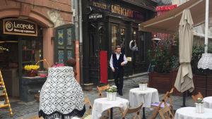 Gata i Lviv, hovmästare går där. terass