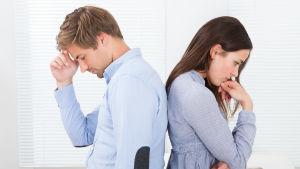 en kvinna och en man har ryggarna mot varandra och funderar djupt