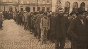Punavankeja Kauppatorilla 13.4.1918.