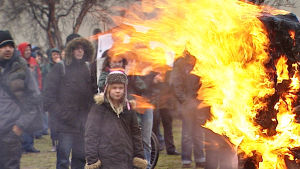 Islantilaisten suuttumus kasvaa sitä mukaa kun pankkikriisin laskun selvitystyö viipyy )2008)
