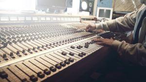 mixerbord i användning