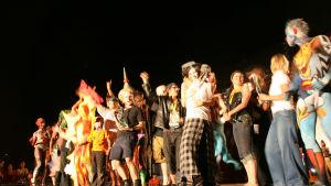 Folk på en scen