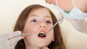 En ung flicka hos tandläkaren.