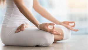 en kvinna yogar