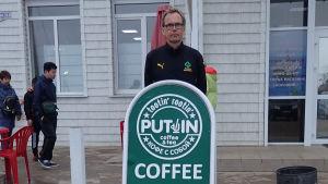 Kaj Arnö och skylt om Putin café
