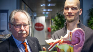 Korva-, nenä- ja kurkkutautien erikoislääkäri Martti Sorri ja toimittaja Mikko Penttilä.