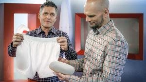 Risto Laitila ja Mikko Penttilä tutustuvat lonkkahousuihin.